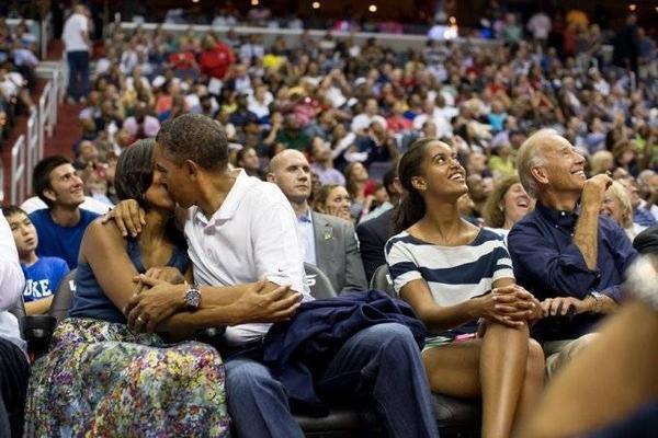 Tổng thống Obama không cưỡng lại được nụ hôn Kiss Cam với người vợ xinh đẹp ngay trong trân khai mạc bóng rổ giải Olympic thế giới năm 2012.