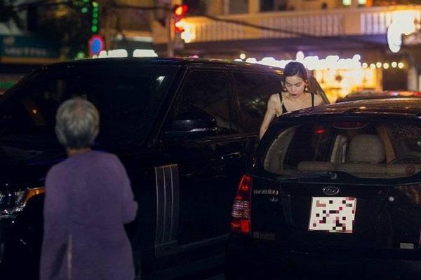 Sau phần trình diễn ấn tượng ở cuộc thi Hoa hậu Hoàn vũ 2015, chiều 4/10, Hà Hồ đã có mặt tại TP HCM để tiếp tục các công việc của mình. Khuya cùng ngày, cô tự lái siêu xe Range Rover đến một khách sạn năm sao để gặp đối tác kinh doanh - Eri, bác sĩ nổi tiếng người Nhật.
