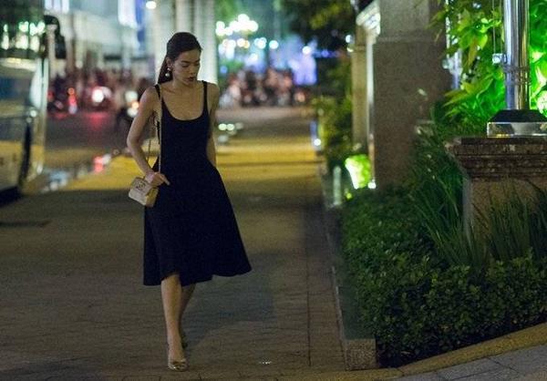 """Chọn chiếc đầm 2 dây tông màu đen sang trọng với điểm nhấn là túi xách hiệu Chanel màu vàng, """"nữ hoàng giải trí"""" của showbiz Việt nổi bật trên đường phố."""