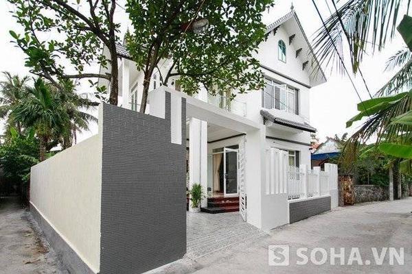 Tọa lạc trên diện tích mặt đất lên tới hơn 100m2, ngôi nhà của gia đình Phạm Hương được xem như 1 căn biệt thự mọc lên giữa khu dân cư nghèo.