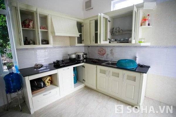 Căn bếp nhỏ xinh, tiện dụng với màu sắc và thiết kế không kém phần hiện đại.