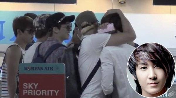 Nam ca sĩ Kibum rời khỏi nhóm U-KISS năm 2011. Một năm sau họ gặp lại khi cùng xuất hiện ở sân bay. Một người hâm mộ có mặt ở đó ghi lại khoảnh khắc Kibum và nhóm nhạc cũ ôm nhau chào thân thiện.