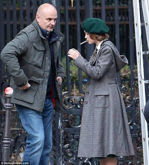 """Mới đây trong cuộc phỏng vấn với báo giới, Johnny Depp chia sẻ lo lắng trước ý định bước vào showbiz của con gái. """"Thực sự thì tôi không mong đợi điều này với Lily, nhất là ở lứa tuổi này. Nhưng đó là đam mê của con bé và nó rất hài lòng"""" - ông bố 52 tuổi nói và bày tỏ thêm: """"Con bé biết rằng sẽ có tôi luôn bên cạnh""""."""