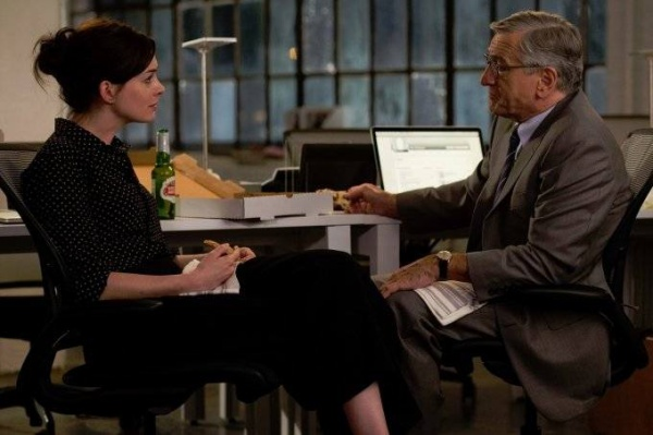 Anne-Hathaway-Robert-De-Niro-in-The-Intern