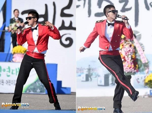 """Theo một fan kể lại trên trang cá nhân, sau động tác vũ đạo cuối cùng, Yunho mới cảm nhận được sự cố rách quần, anh bí mật """"kiểm tra"""" đũng quần."""