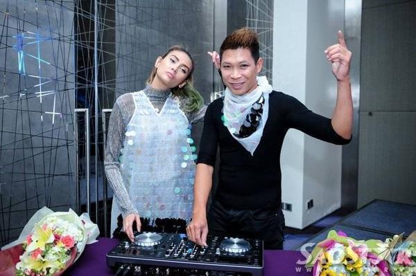 Trong dự án Miss on the mix, giải Vàng cuộc thi Siêu mẫu Việt Nam năm 2008 sẽ trở thành người quản lý, nắm giữ vai trò gương mặt đại diện, làm việc trực tiếp với các nhà tài trợ, nhận lời tham gia tại các show diễn trên thị trường quốc tế... Võ Hoàng Yến hy vọng bản thân sẽ có được những thành công trong lĩnh vực DJ như Paris Hilton.