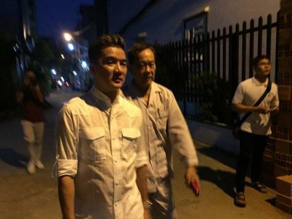Chiều 5/11, ca sĩ Đàm Vĩnh Hưng trực tiếp đến gặp và thăm hỏi tình hình sức khỏe của nhạc sĩ Tô Thanh Tùng sau khi biết ông bị căn bệnh ung thư tuyến tiền liệt.