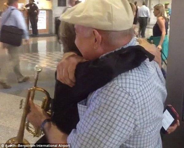 Cụ bà ôm chầm lấy chồng trong hạnh phúc và xúc động.