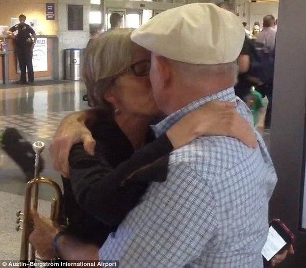 Hai người trao nhau nụ hôn nồng cháy trong giây phút đoàn tụ.