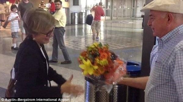 Cụ ông còn không quên tặng vợ bó hoa xinh đẹp trong ánh mắt ngưỡng mộ của khán giả xung quanh.