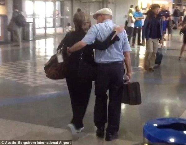 Họ khoác tay nhau trở về nhà trong hạnh phúc và bình yên.