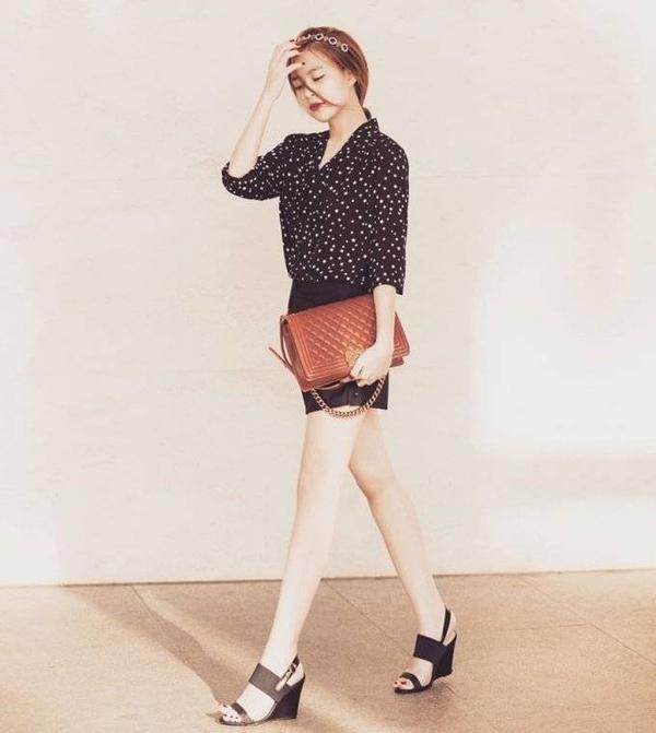 Hoàng Thùy Linh trẻ trung, sành điệu khi sơ vin áo chấm trắng với quần short đen toàn tập. Có thể thấy những chiếc túi Chanel đang được khá nhiều nghệ sĩ trong showbiz ưa chuộng.