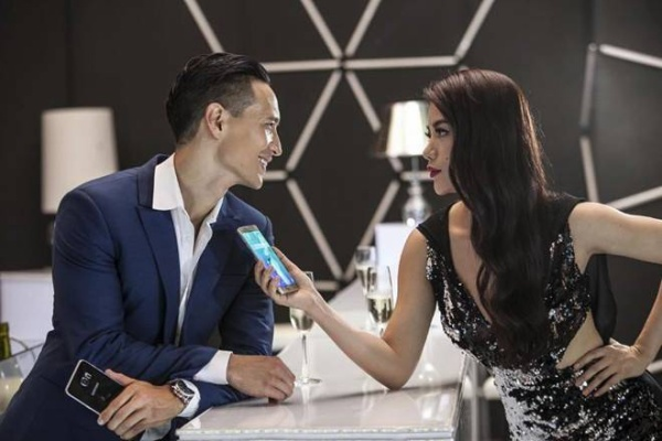 Nữ diễn viên Trương Ngọc Ánh ghi hình quảng cáo trong chiếc đầm cut-out gắn đá sang trọng, quý phái