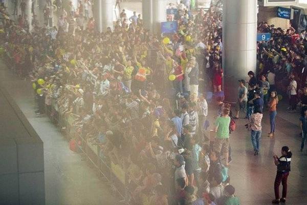 Đến sân bay trễ hơn một tiếng so với dự định, nhưng các fan của nhóm nhạc đã xuất hiện từ sớm. Họ nhuộm vàng sân bay Tân Sơn Nhất.