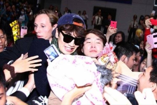 Fan chen lấn, tìm mọi cách để tiếp cận và chụp hình của Lee Kwang Soo.
