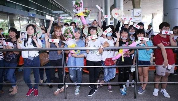 Trước đó vài giờ, các fan của nam diễn viên đã có mặt xếp hàng và mang theo băng rôn cũng cũng như hình của thần tượng để chào đón anh và đoàn làm phim.