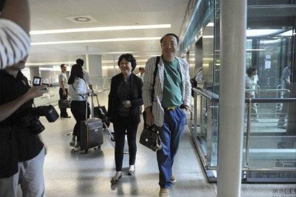 Bố mẹ Huỳnh Hiểu Minh có mặt tại sân bay vào tối 6/10.