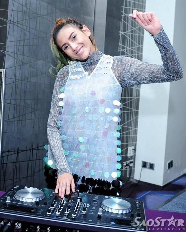 Hướng đi mới của chân dài sinh năm 1988 là DJ vì cô cho rằng mình không có khả năng làm ca sĩ lẫn vũ công. Hoàng Yến chia sẻ cô đã học DJ được gần 1 năm và hy vọng trở thành DJ nổi tiếng như cô đào Paris Hilton. Vào ngày 24/10 tới tại sự kiện âm nhạc ngoài trời Escape Hallowen, lần đầu tiên Hoàng Yến có dịp trổ tài làm DJ.