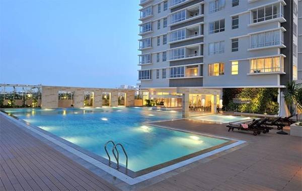 Khu căn hộ cao cấp có hồ bơi lớn mỗi khu. Phạm Hương có thể thư giãn để bớt áp lực trong công việc.