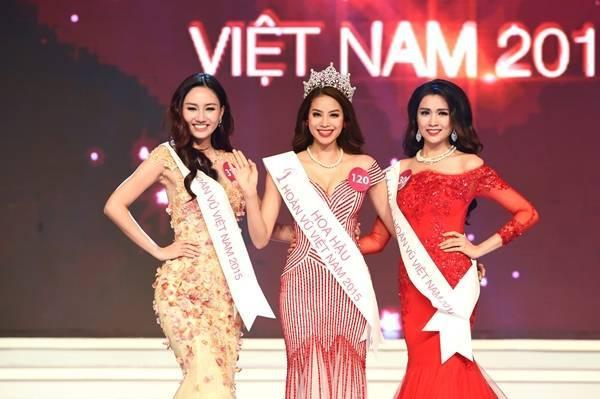 Top 3 người đẹp nhất Hoa hậu Hoàn vũ trong đêm đăng quang. Phạm Hương có phần thấp hơn 2 người đẹp còn lại.