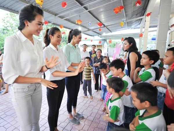 Ba người đẹp có chuyến đi từ thiện tại Nha Trang.
