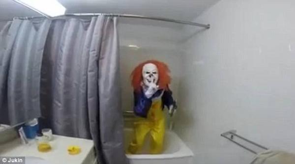 Cô em tinh nghịch đặt camera trong phòng tắm, tắt điện rồi trốn trong bóng tối. Màn dọa ma sắp bắt đầu.