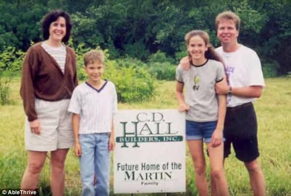 Gia đình ông Paul Martin từng rất hạnh phúc với người vợ xinh đẹp và hai đứa con đáng yêu. Đau lòng thay, một vụ tai nạn xe hơi đã cướp đi đứa con trai của ông và khiến chính ông tàn phế suốt đời.