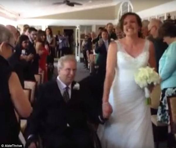Paul trên chiếc xe lăn và con gái Brittany trong đám cưới được mong đợi bầy lâu.
