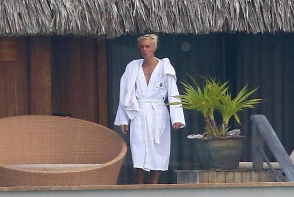 Một lúc sau, nam ca sĩ mới mặc áo choàng tắm. Trước đó, giọng ca 21 tuổi từng đăng tải ảnh khỏa thân đứng trước biển trên trang cá nhân nhưng sau đó gỡ bỏ.