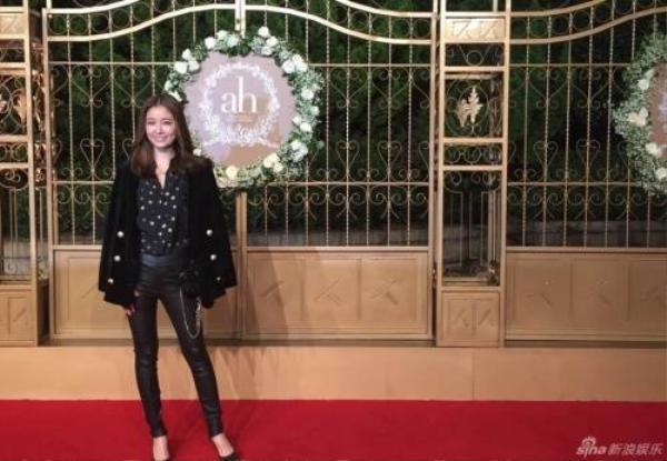 Lâm Tâm Như giản dị với quần jeans. Cô lặn lội từ Đài Loan đến ăn cưới.