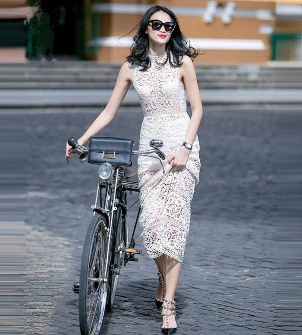 Người mẫu Trương Thanh Trúc chọn một chiếc xe đạp cổ điển, diện chiếc váy ren thêu màu trắng tôn lên vẻ đẹp thanh lịch, nữ tính.