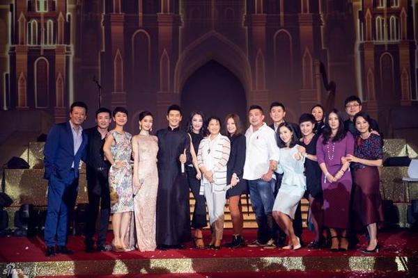 Khoảnh khắc chụp ảnh cùng dàn khách mời.