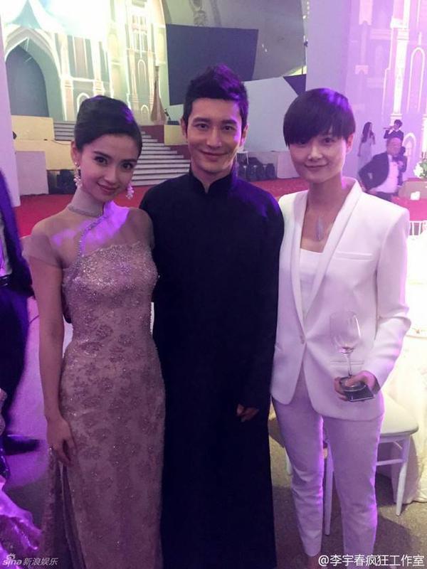 Vợ chồng Angela Baby - Huỳnh Hiểu Minh chụp ảnh với Lý Vũ Xuân.