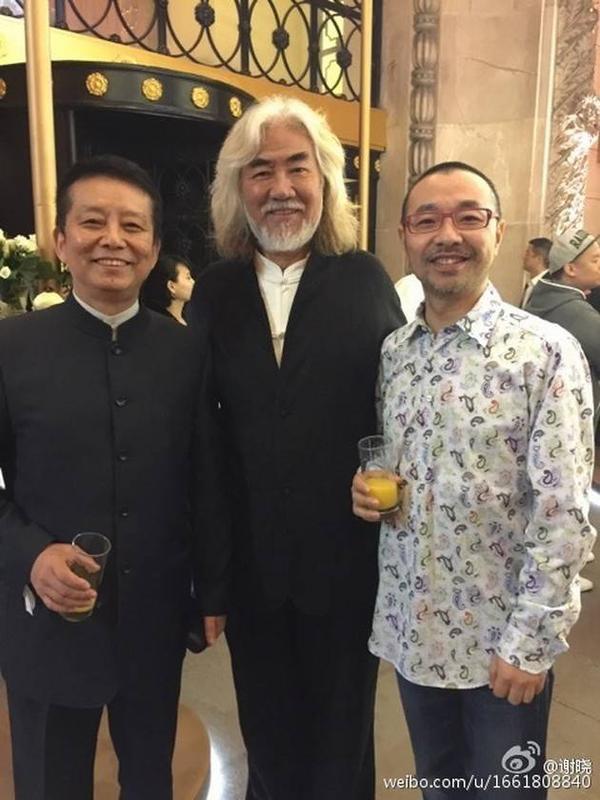 Trương Kỷ Trung (giữa) vui vẻ chụp ảnh giao lưu.