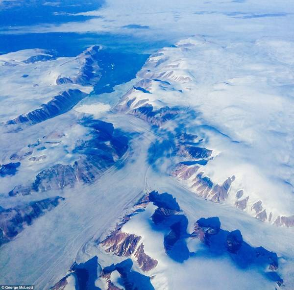 Hình ảnh đáng kinh ngạc được chụp lại khi máy bay bay qua Bắc Cực trong hành trình từ New York đến Hongkong.
