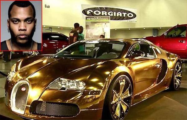 """NĂm 2013, mặc dù gặp khó khăn tài chính nhưng rapper Flo Rida vẫn bỏ ra 1,7 triệu USD để sở hữu chiếc xe Bugatti Veyron màu trắng và sau đó anh mạ vàng 24 karat. Không dừng lại ở đó, chỉ vài tháng sau, rapper """"nhuộm"""" xe thành màu hồng để ủng hộ chiến dịch nâng cao nhận thức về ung thư vú."""