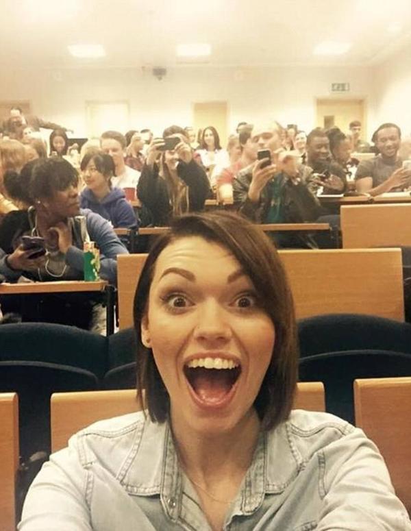 Ngoài phòng ngủ, lớp học và campus là bổi cảnh ra đời nhiều bức selfie của Charlotte.