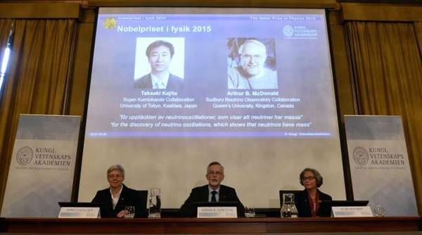 Chủ nhân mới của giải Nobel Vật lý 2015 là Takaaki Kajita đến từ Đại học Tokyo (Nhật)  và Arthur B. McDonald thuộc Đại học Queen (Canada) với khám phá về việc hạt hạ nguyên tử neutrino có khối lượng, đối lập với phỏng đoán của chúng ta lâu nay. Giá trị giải thưởng là khoảng 960.000 USD. Khám phá về việc neutrino có khối lượng được cho là sẽ giúp các nhà vũ trụ học hiểu rõ hơn về cách vũ trụ tiến hóa và cách Mặt trời hoạt động, cũng như mở ra triển vọng giúp giới nghiên cứu cải thiện các nỗ lực tạo ra lò phản ứng nhiệt hạch trên Trái đất.