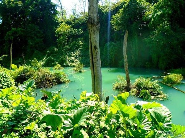 Những hồ nước xanh ngọc bích.
