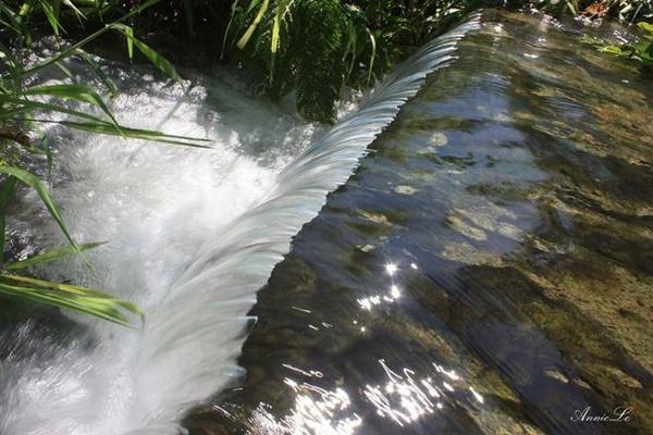 Lội qua một đoạn đường ngắn ngập nước, bạn sẽ ngỡ ngàng với vẻ đẹp của thác Gia Long.