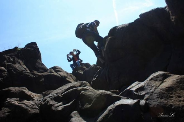 Nếu là người ưa khám phá và thích mạo hiểm, bạn có thể leo ngược lên các vách đá về đầu nguồn sông Serepôk, ngắm toàn cảnh thác, cùng những cây cầu treo làm bằng tre đã cũ.