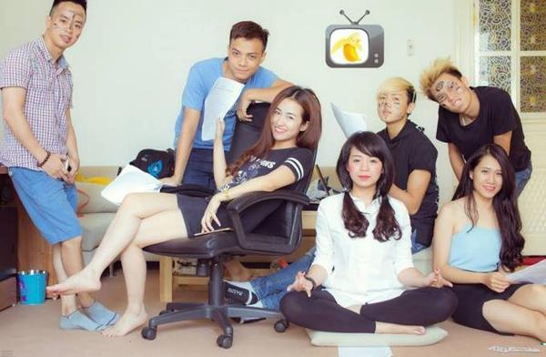 Trang Moon, Quốc Hùng và các thành viên trong nhóm hài Chuối TV.