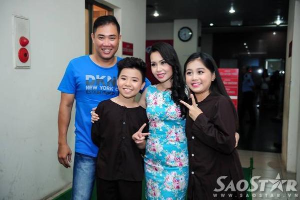 Công Quốc, Nhã Thy chụp ảnh lưu niệm cùng vợ chồng HLV Cẩm Ly.