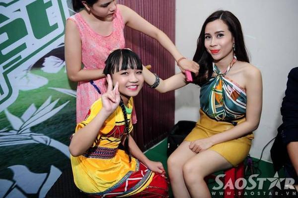 Ca sĩ nhí Hoàng Kim Quỳnh Anh hào hứng chụp hình cùng ''cô giáo'' cũ.