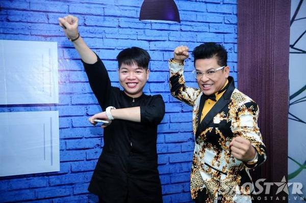 Mc Thanh Bạch tạo dáng ''nhắng nhít'' cùng Đức Phúc sát giờ chương trình lên sóng.