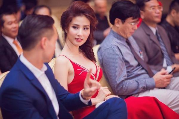 Vừa gặp Diễm My, chàng diễn viên Hương Ga hào hứng tâm sự cùng người đẹp về chuyến đi Canada vừa qua của mình và những dự án sắp tới.