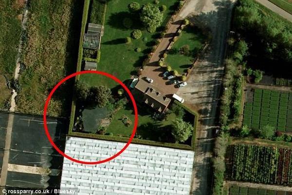 Hiện trường nơi xảy ra vụ tai nạn là một hồ nước nằm ngoài khuôn viên gia đình, không được Claire che phủ hay rào chắn cho dù người nhà đã nhiều lần nhắc nhở.