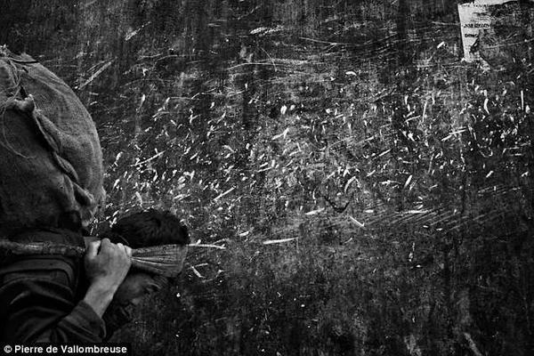 Một người đàn ông Khasi đang vác củi ở đông bắc Ấn Độ. Bộ tộc Khasi có tục lệ đàn ông khi lấy vợ phải về ở rể, con cái theo họ mẹ.
