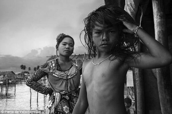 Hai cô bé người Badjo tạo dáng tự nhiên trước ống kính của nhiếp ảnh gia. Những người của cộng đồng này luôn đề cao tự do và bình đẳng trong quy tắc đối xử.