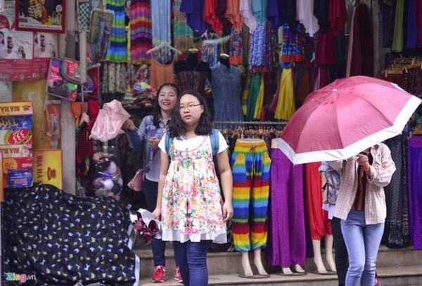 Nhiều người tìm đến phố bán len Đinh Lễ để mua quần áo, khăn chống rét.